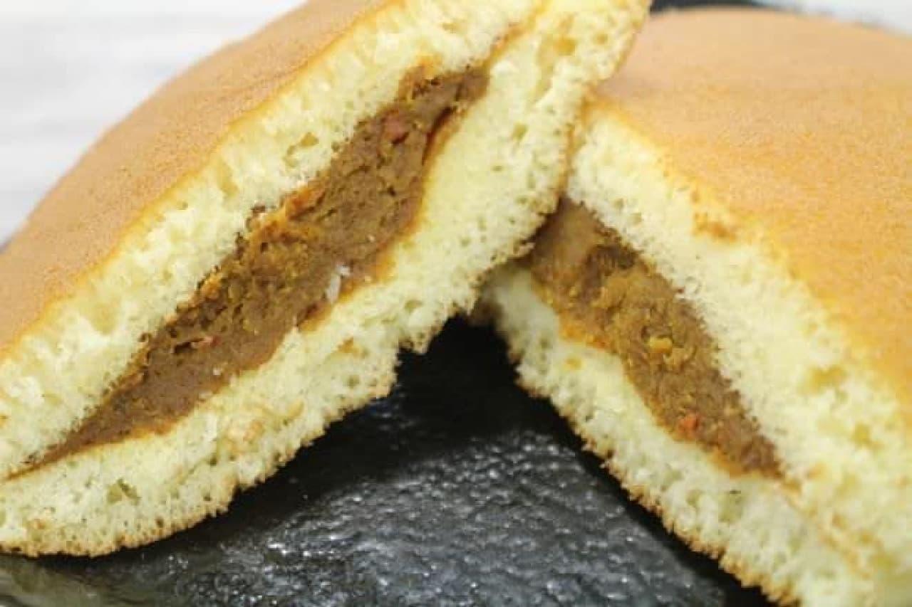 「東京カリ-どら焼」はカレー餡がはさまれたどら焼き