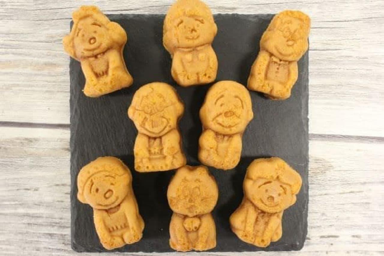 「サザエさんファミリーケーキ(メープル風味)」は、サザエさん一家のかたちをしたメープル風味の焼き菓子