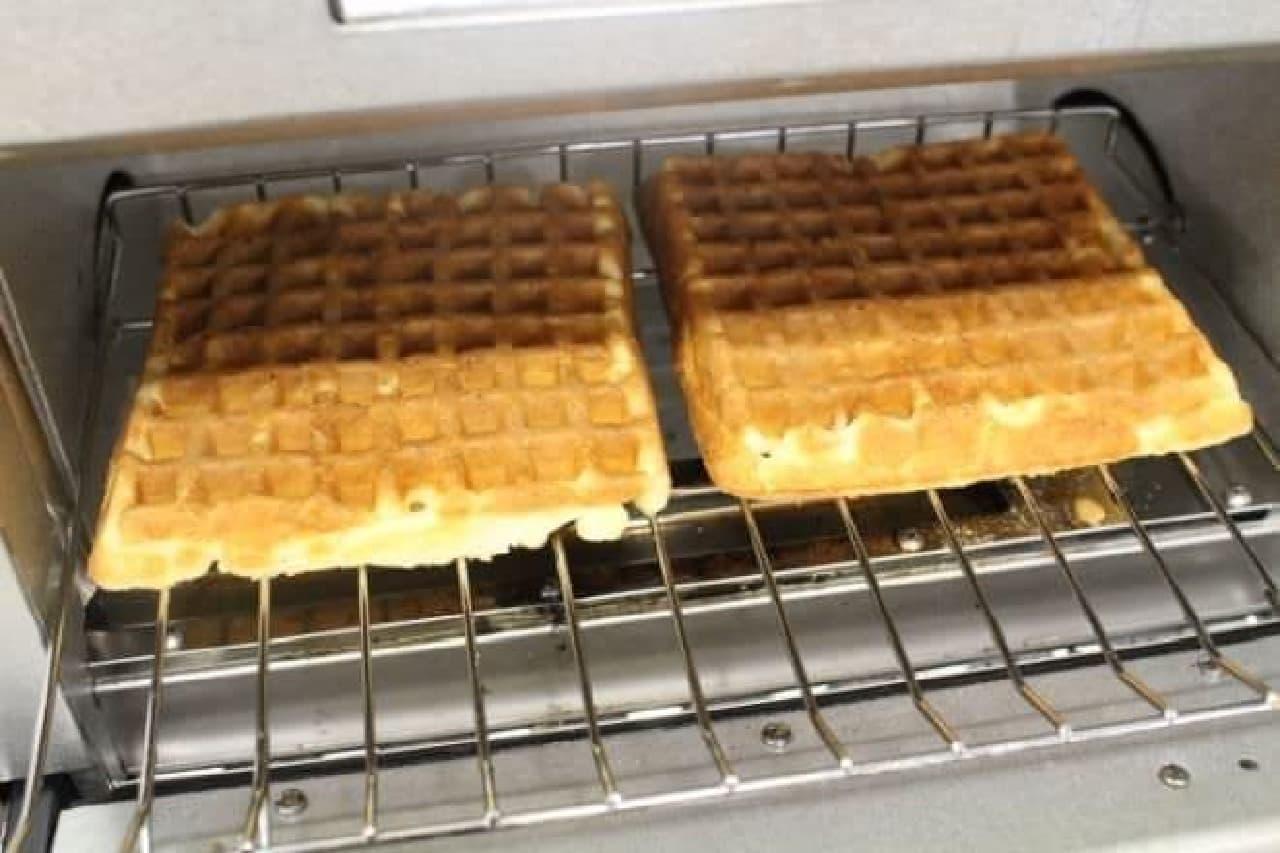 オーブントースターでワッフルを温める様子