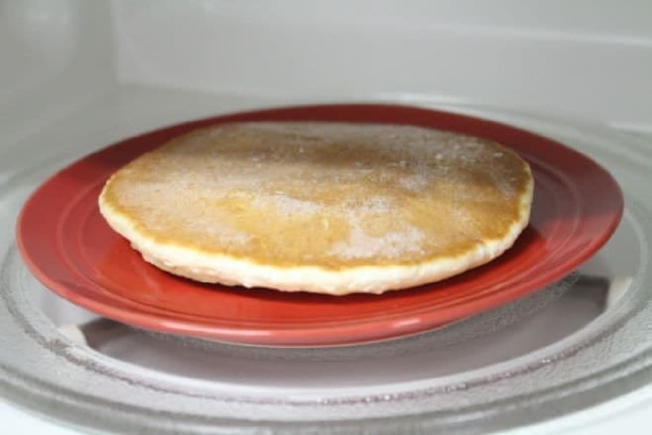 カルディで見つけた「銅板焼ホットケーキ」を電子レンジでチンする様子