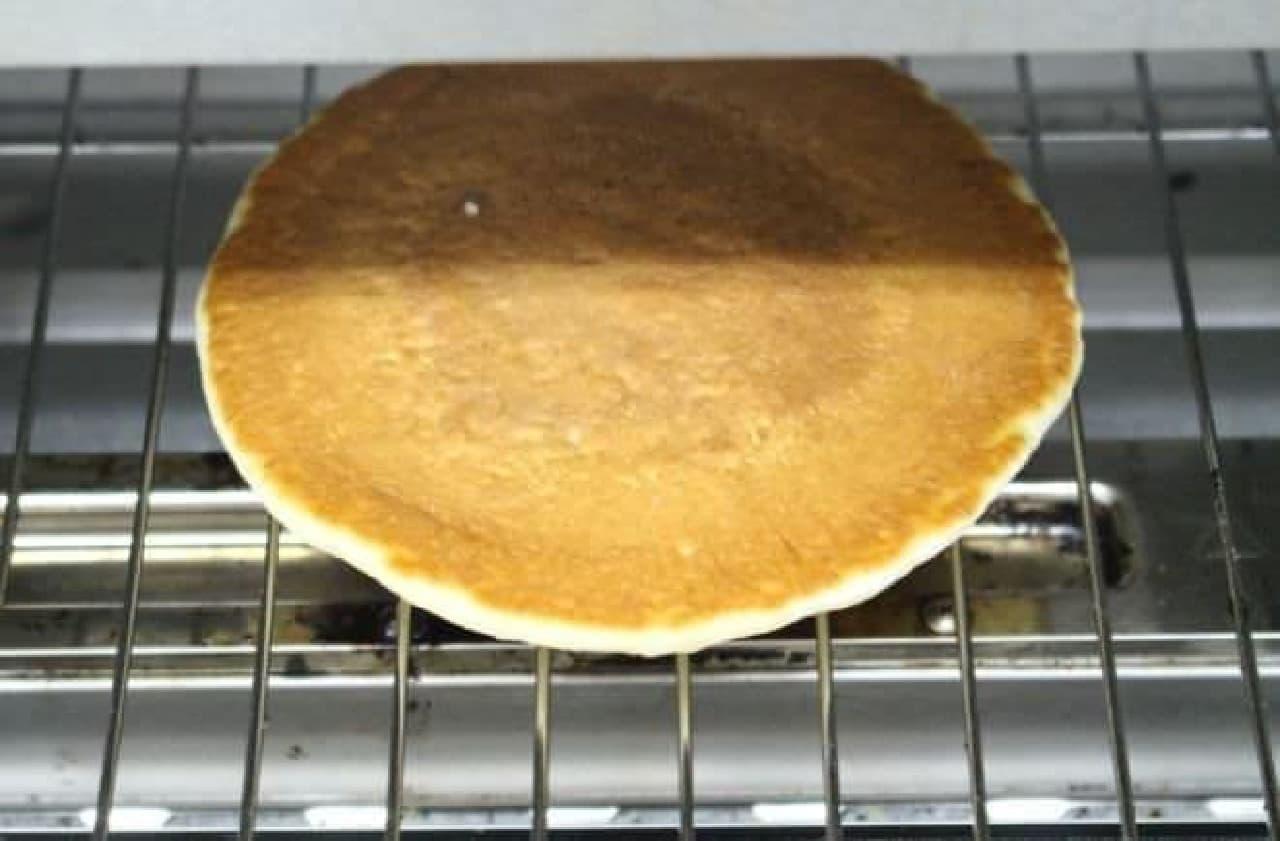 カルディで見つけた「銅板焼ホットケーキ」をオーブントースターで焼く様子
