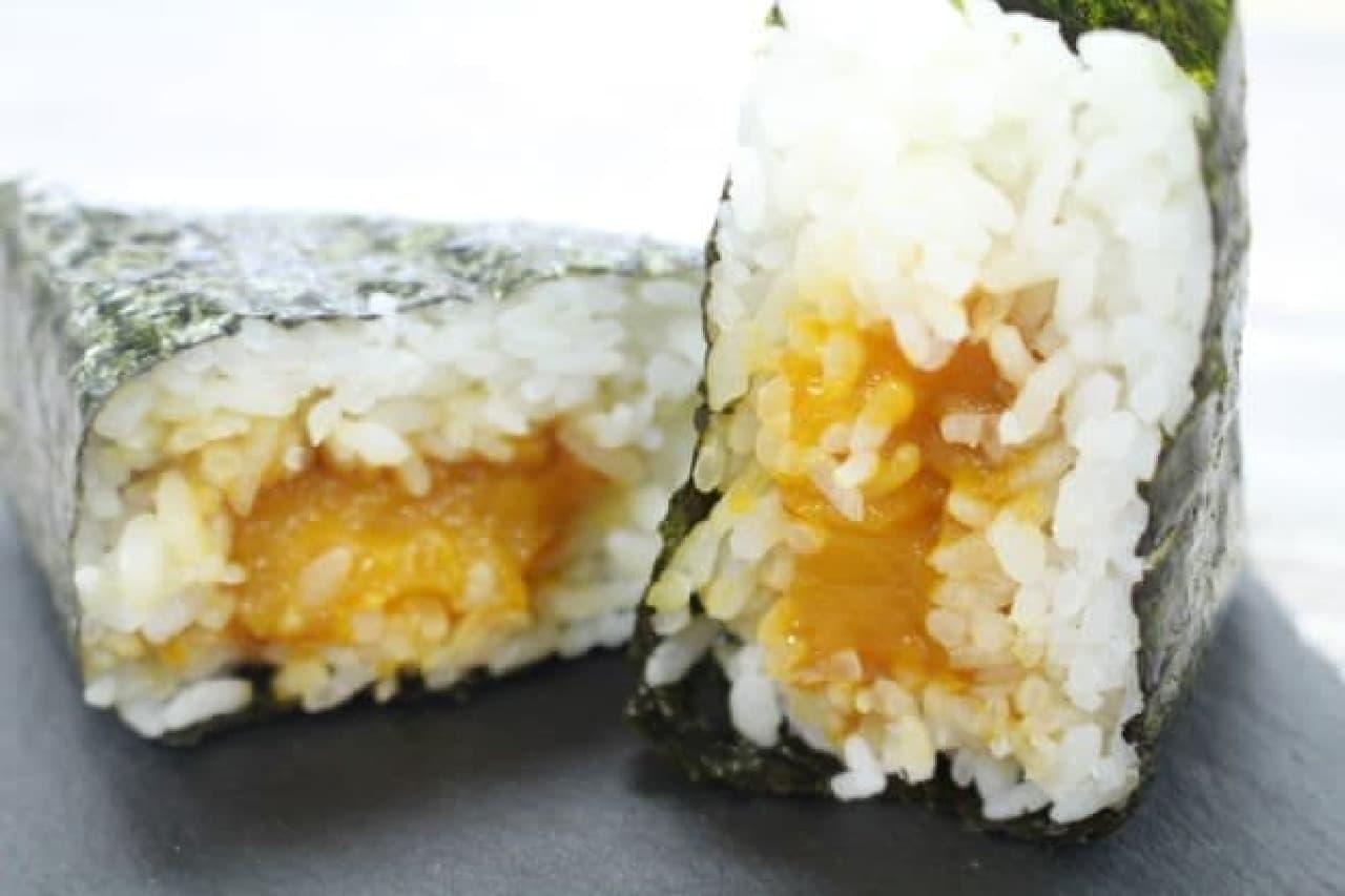 セブン「手巻おにぎり 醤油漬け卵黄」
