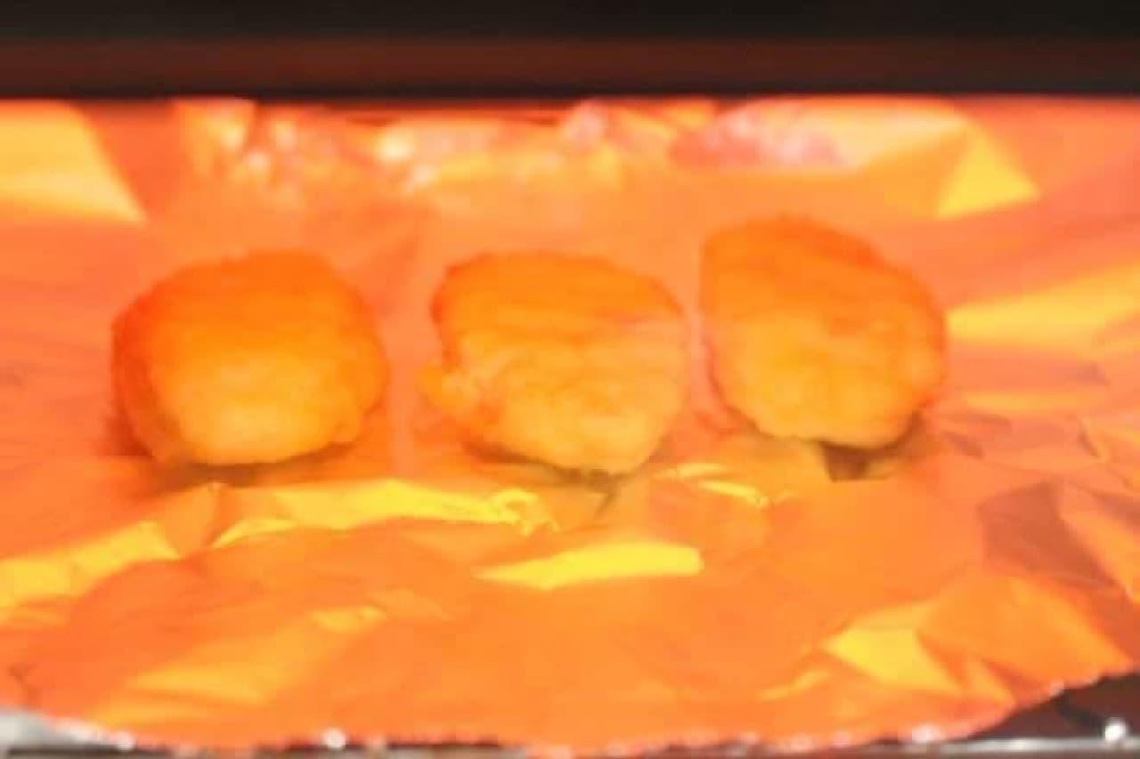 オーブントースターで「伊藤ハム チキンナゲット kiriクリームチーズ使用」を温める様子