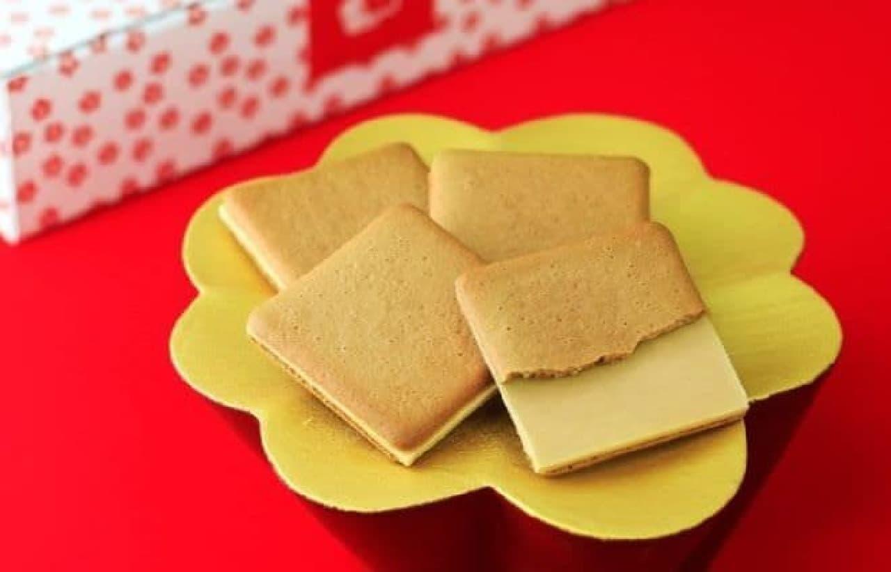 桔梗信玄ビスキュイは、黒蜜を練りこんで焼き上げた生地にきな粉の味を再現したチョコレートプレートがサンドされたお菓子