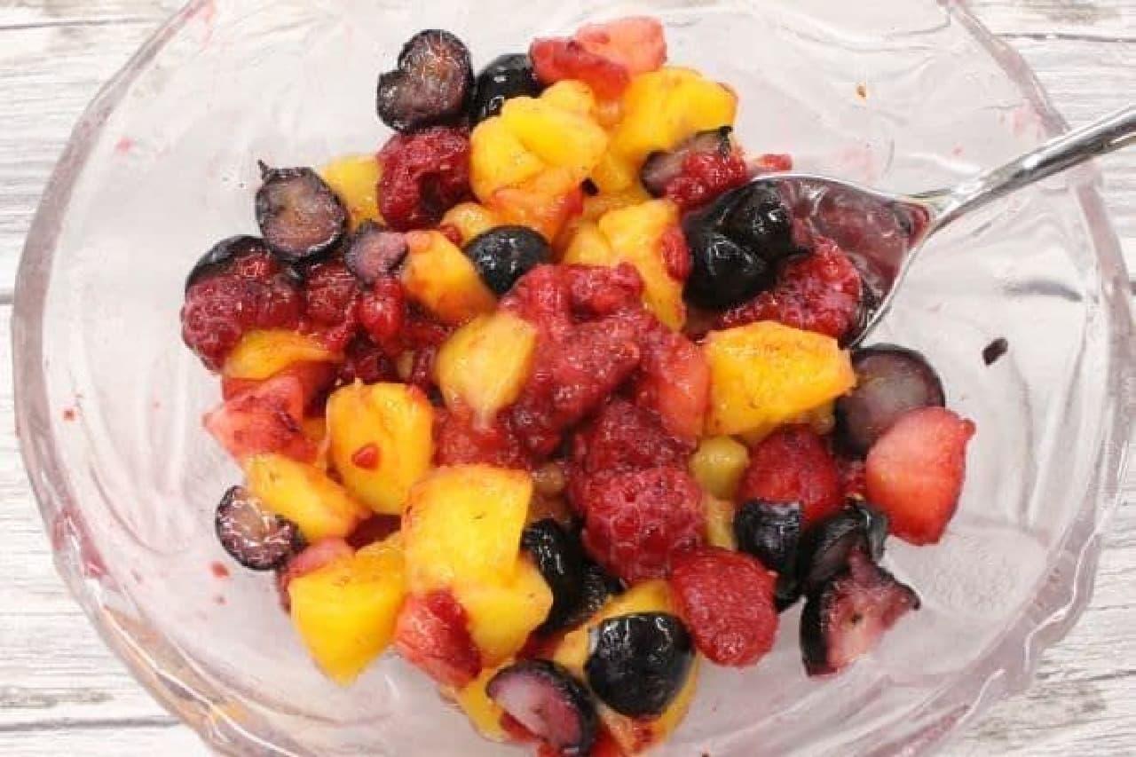 カットしてはちみつを加えた冷凍フルーツ
