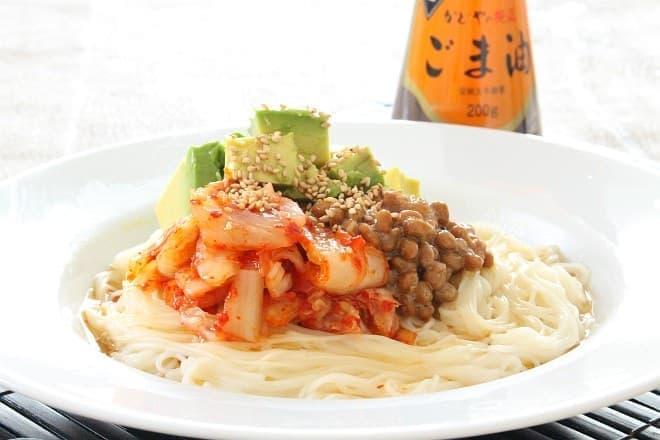 純正ごま油 濃口を使った「納豆キムチとアボカドのスタミナ和え麺」