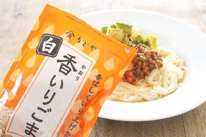 「納豆キムチとアボカドのスタミナ和え麺」で使う、香(かおり)いりごま白