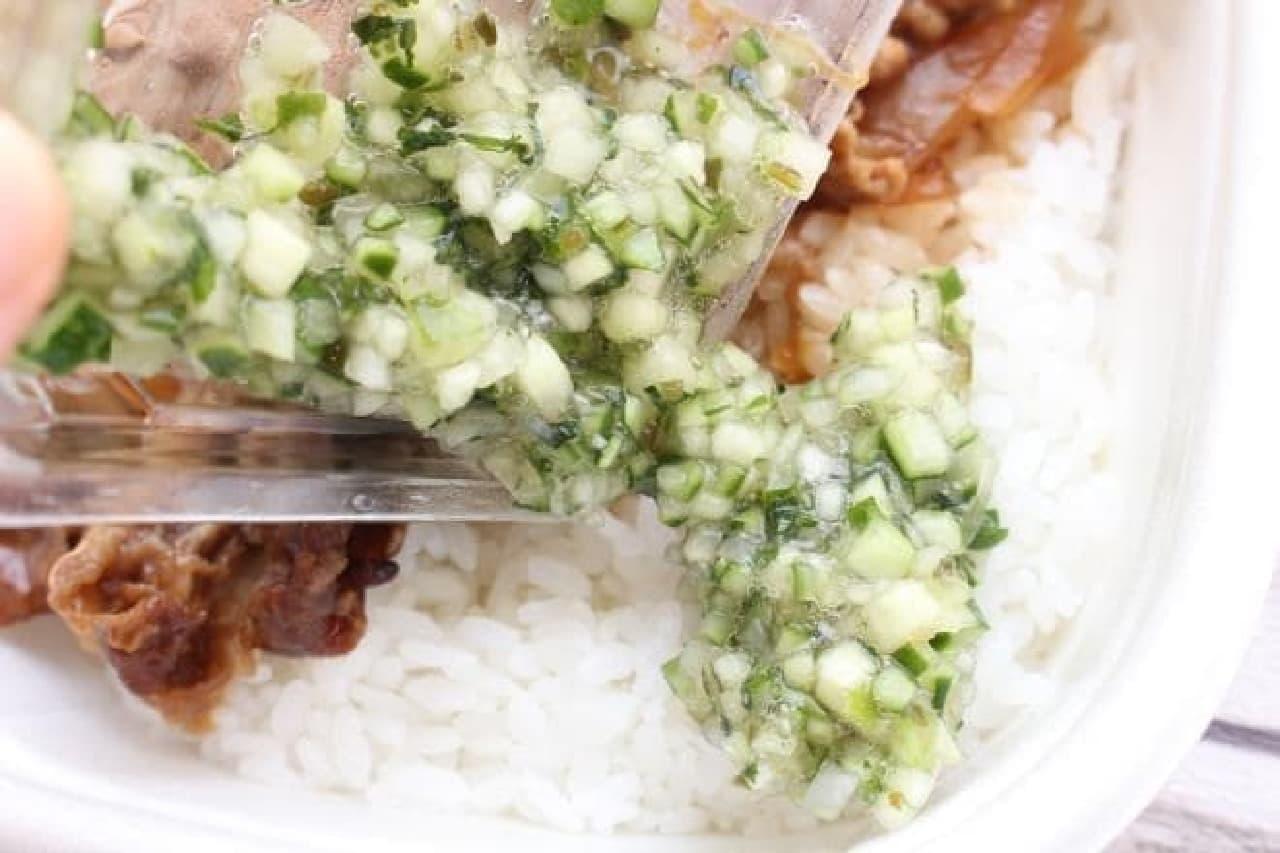 """セブン-イレブンの惣菜で""""山形だし牛丼""""作ってみた"""