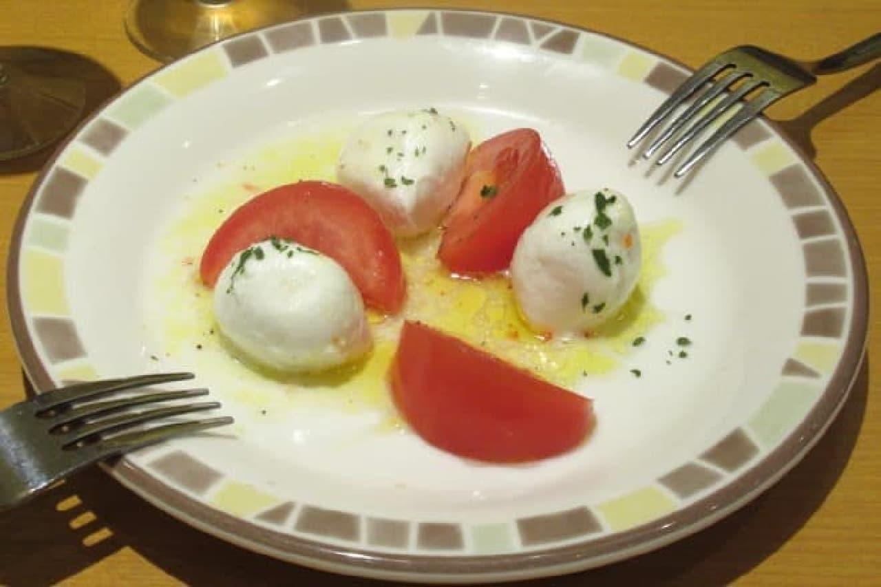 サイゼリヤの「フレッシュチーズとトマトのサラダ」