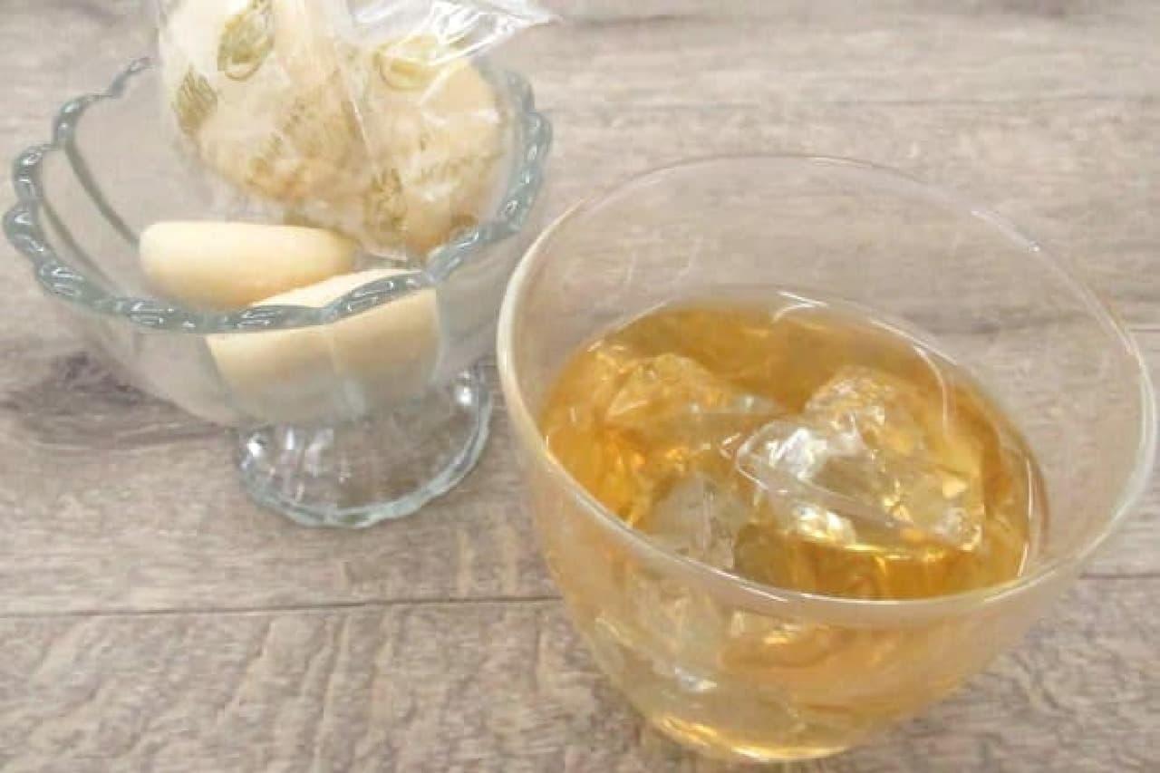 金のエビのクッキーと金の山のお茶