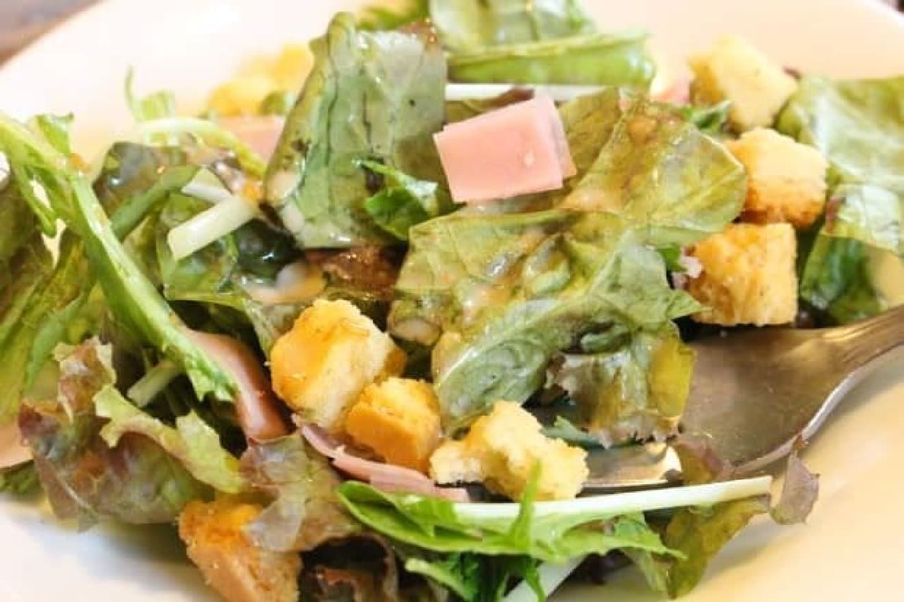 倉式珈琲店「ボリューム玉子サンド」にセットでついてきたサラダ