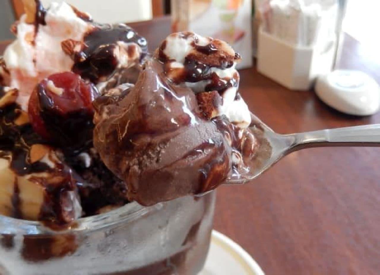ファミレスチェーンの「チョコパフェ」食べ比べ