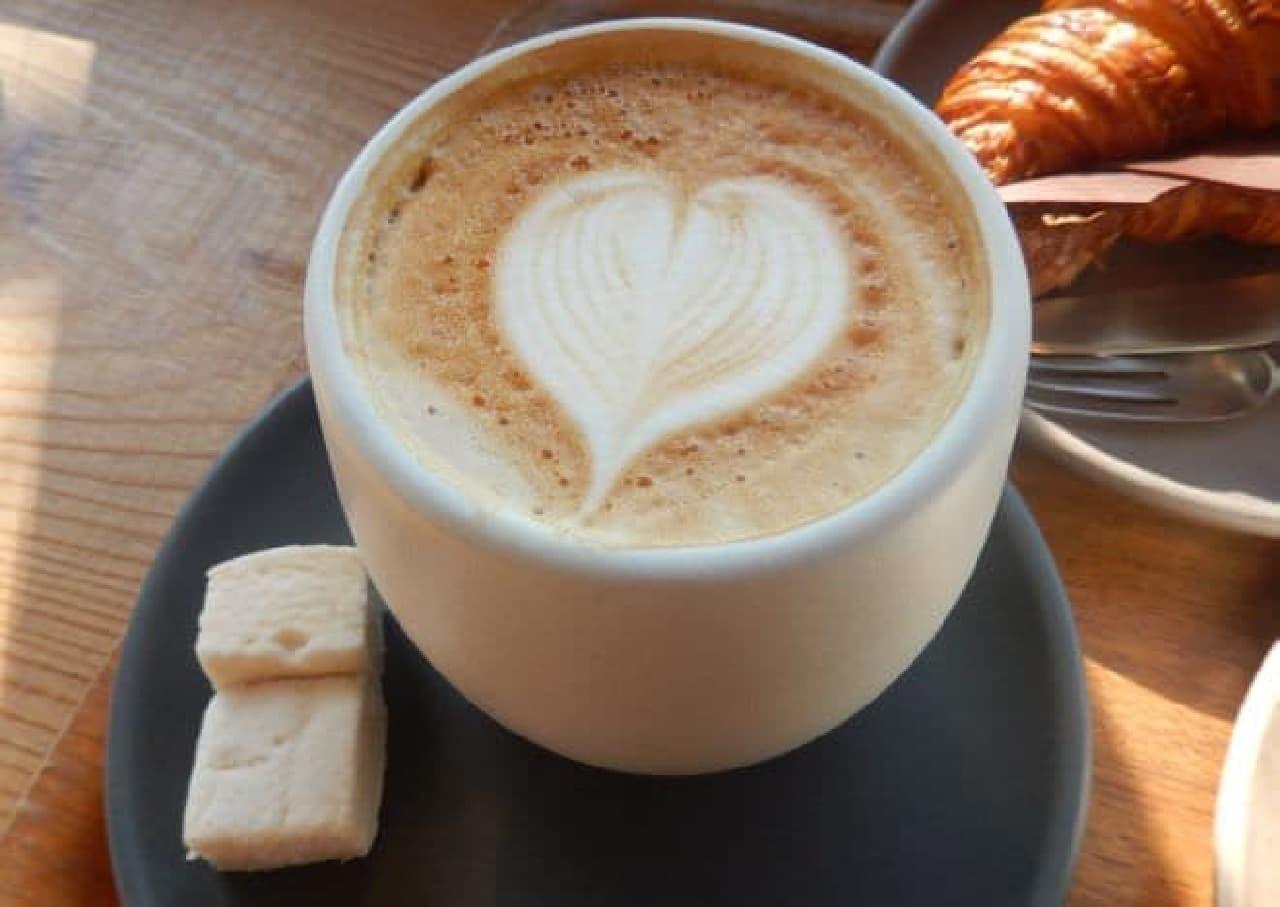 ダンデライオン・チョコレート鎌倉店のカフェラテ