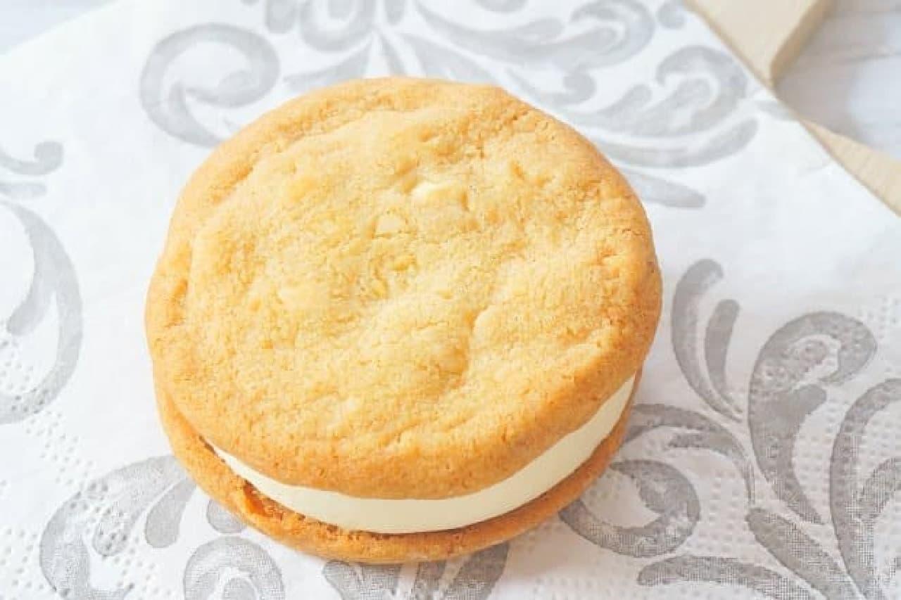 森永製菓「ステラおばさんのクッキーサンドアイス<マカダミア>」