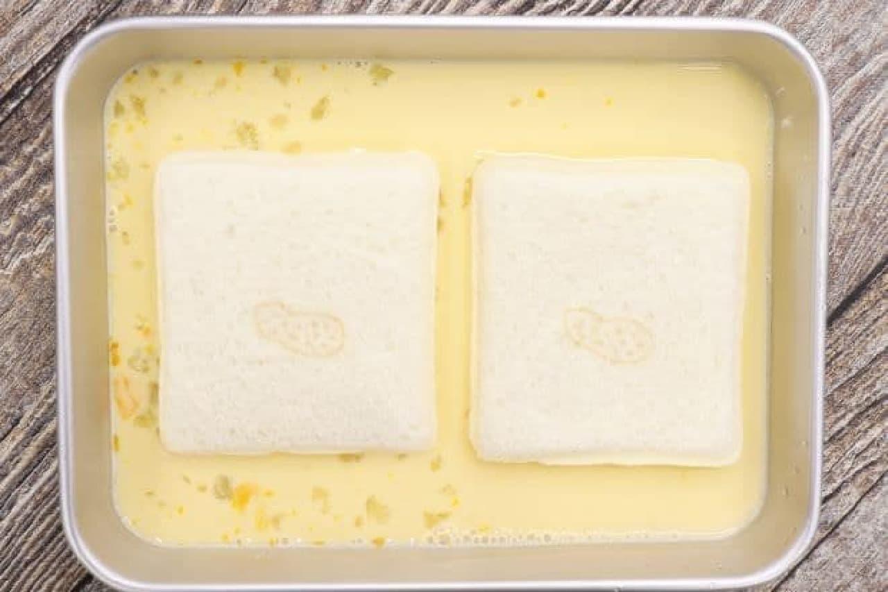 「ランチパック(ピーナッツ)」を使ったフレンチトーストを作る様子