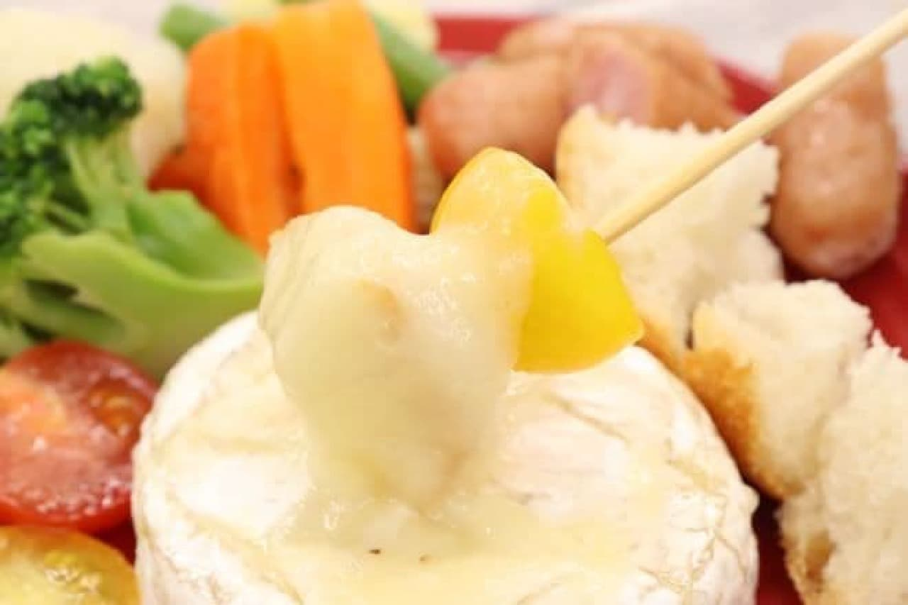 カマンベールチーズをまるごと使った「まるごとカマンベールチーズフォンデュ」