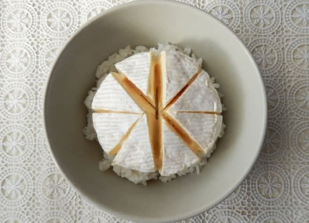 カマンベールチーズをごはんにのせた、カマンベール丼