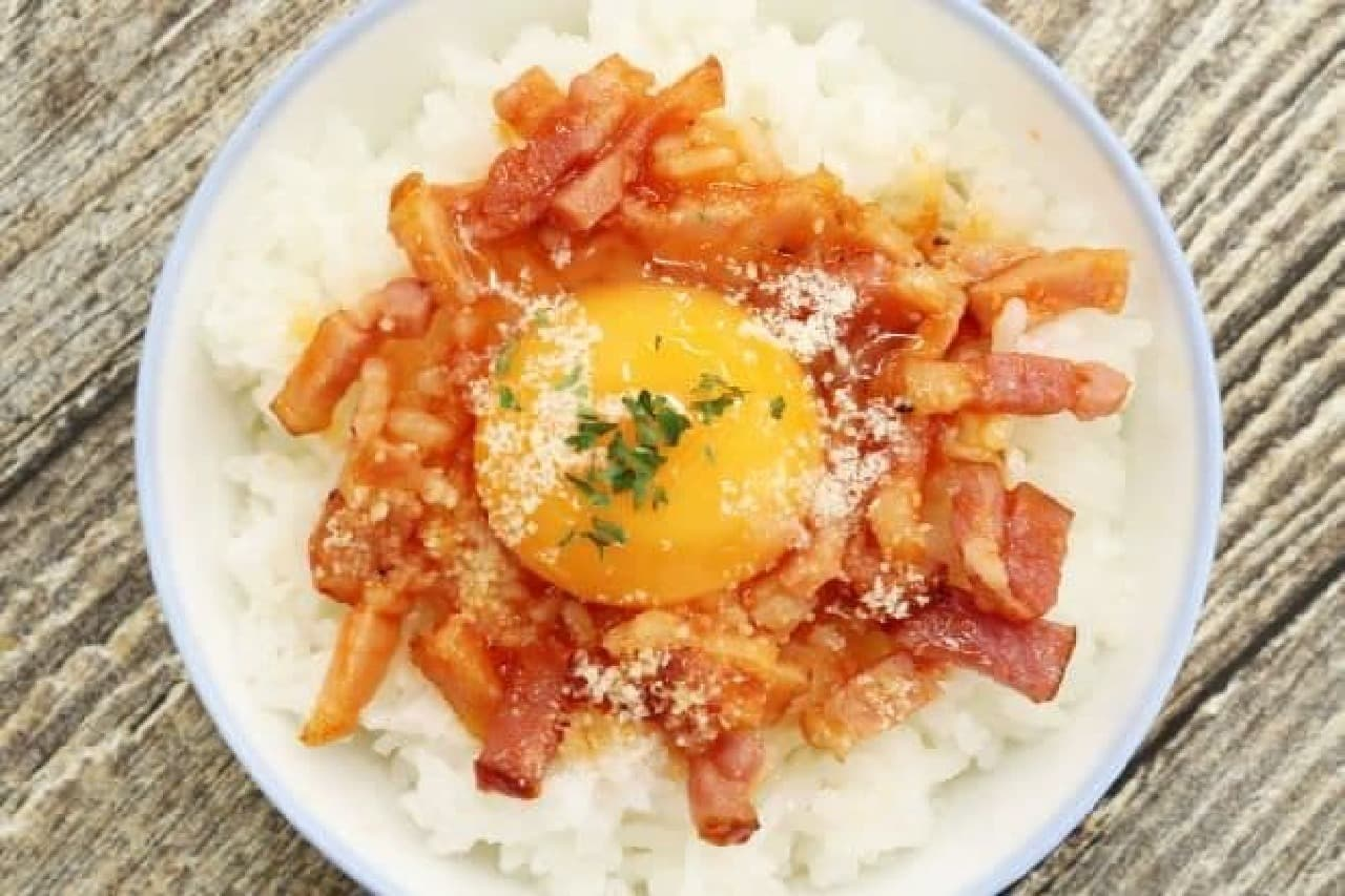 簡単レシピ「生卵かけ風オムライス」を作る様子