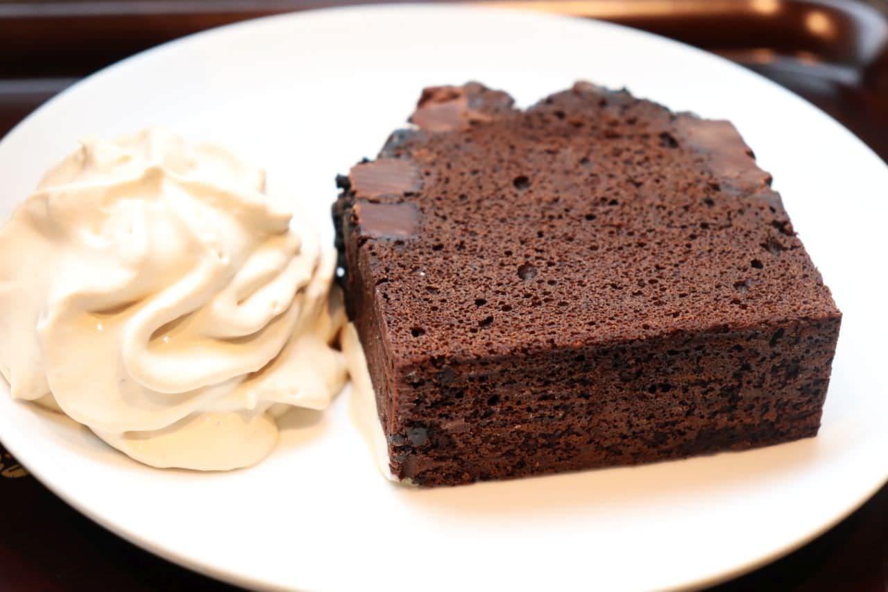 スタバのコーヒーホイップをトッピングしたチョコレートケーキ