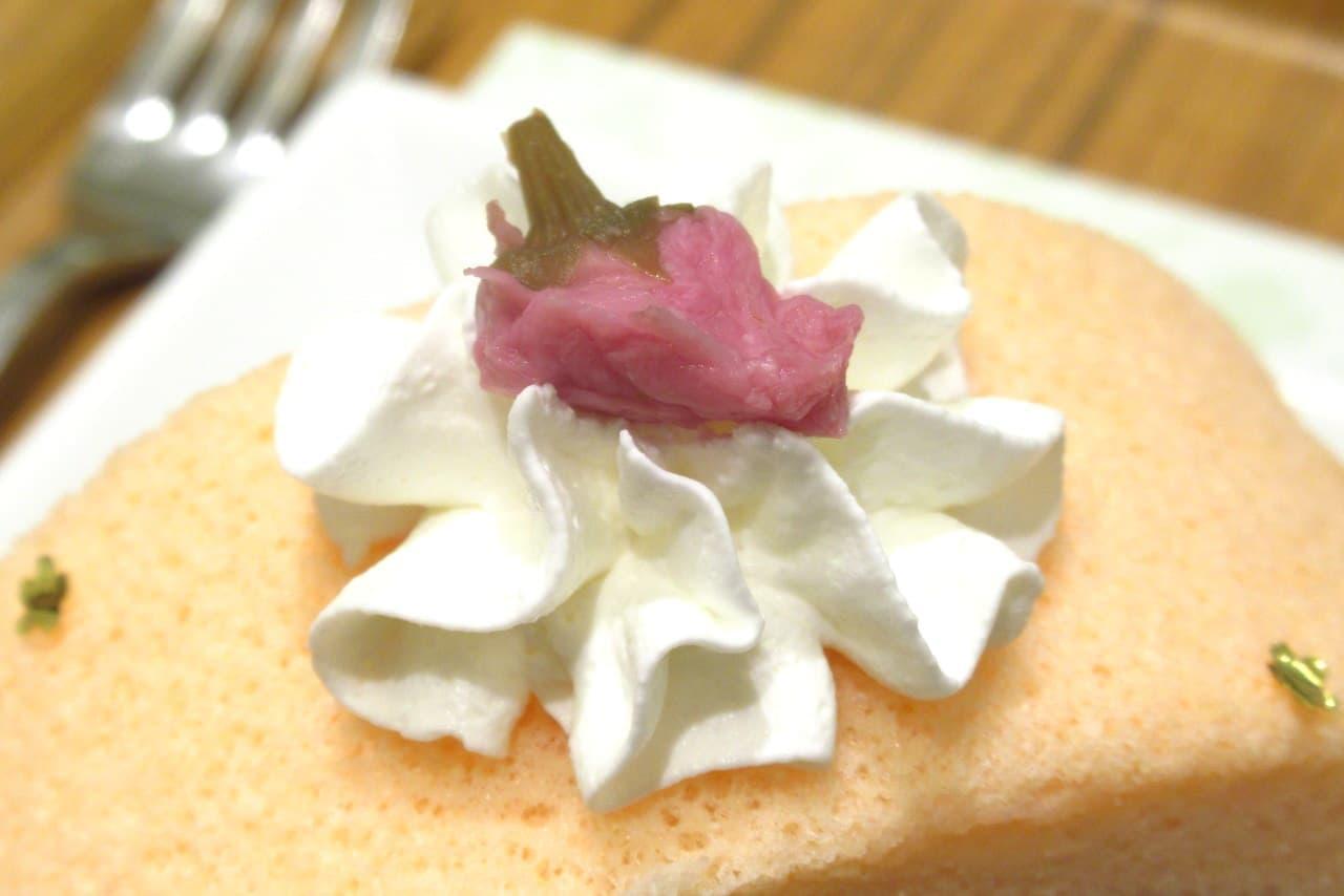 ナナズグリーンティー「桜と餅の金箔ロールケーキ」