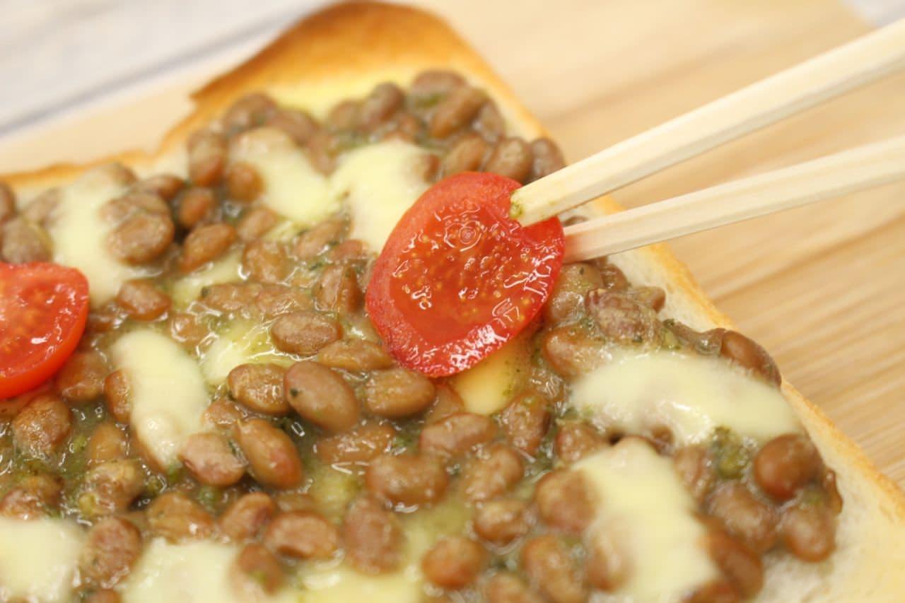 簡単レシピ「納豆バジルチーズトースト」を作る様子