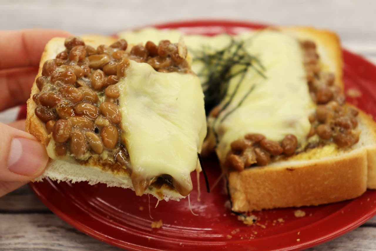 簡単レシピ「納豆と海苔の佃煮トースト」