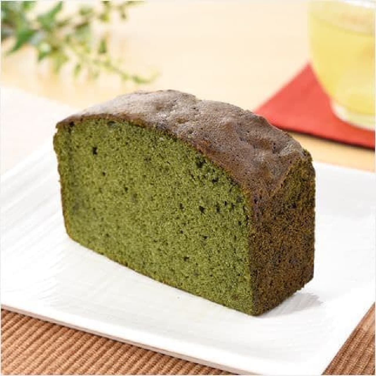 ファミリーマート「濃い色抹茶のパウンドケーキ」