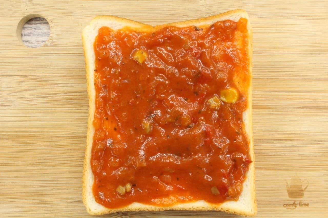 アレンジトースト「サバ缶ピザトースト」を作る様子