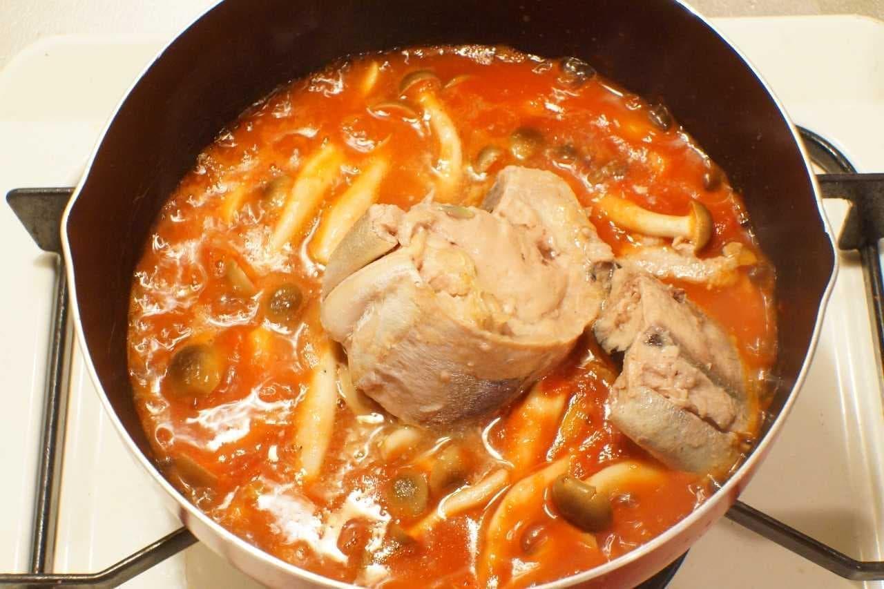 「カルディオリジナル さばの水煮」を煮込んでいる鍋