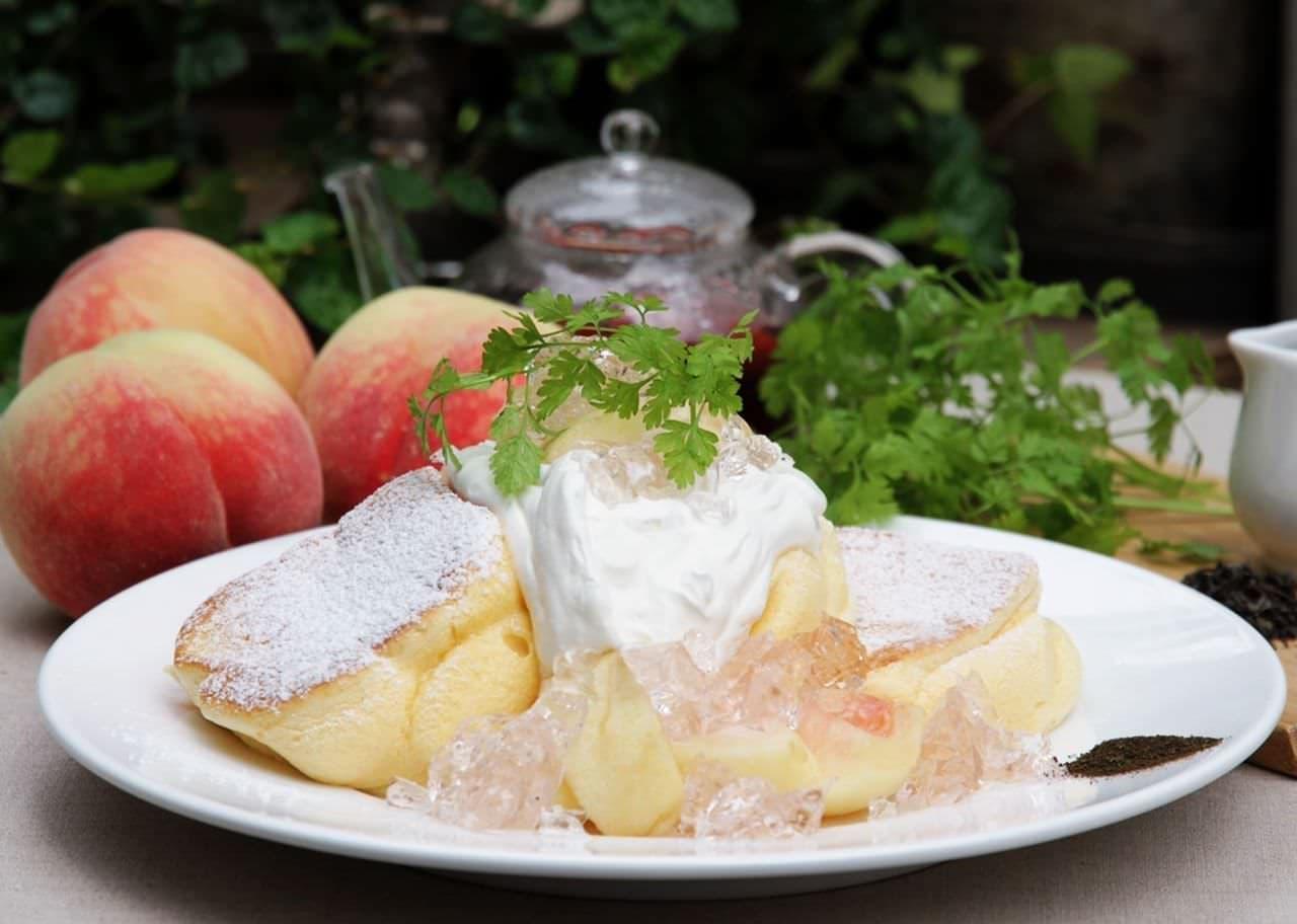 幸せのパンケーキ「国産白桃のローズヒップピーチパンケーキ」