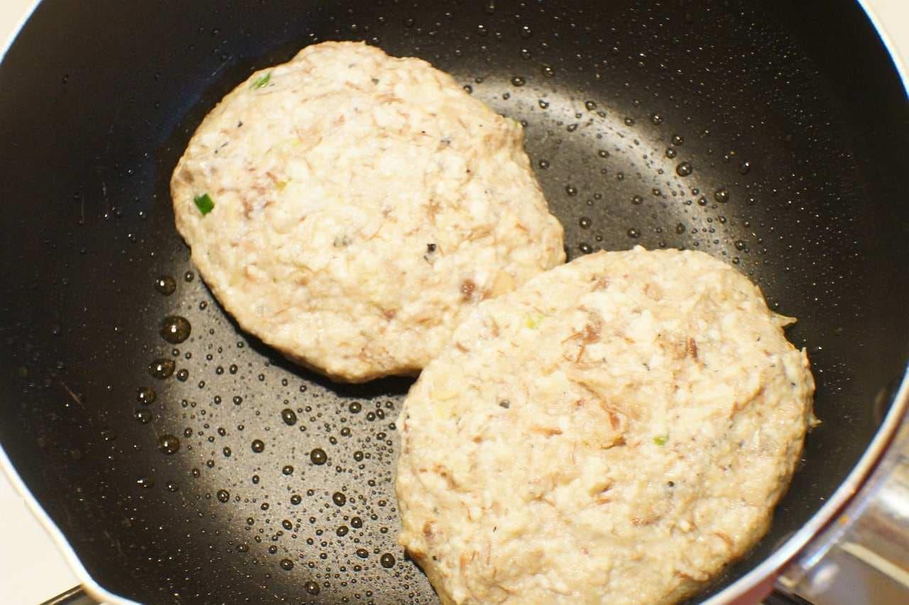 サバ缶レシピ「サバと豆腐のハンバーグ」を焼いているところ