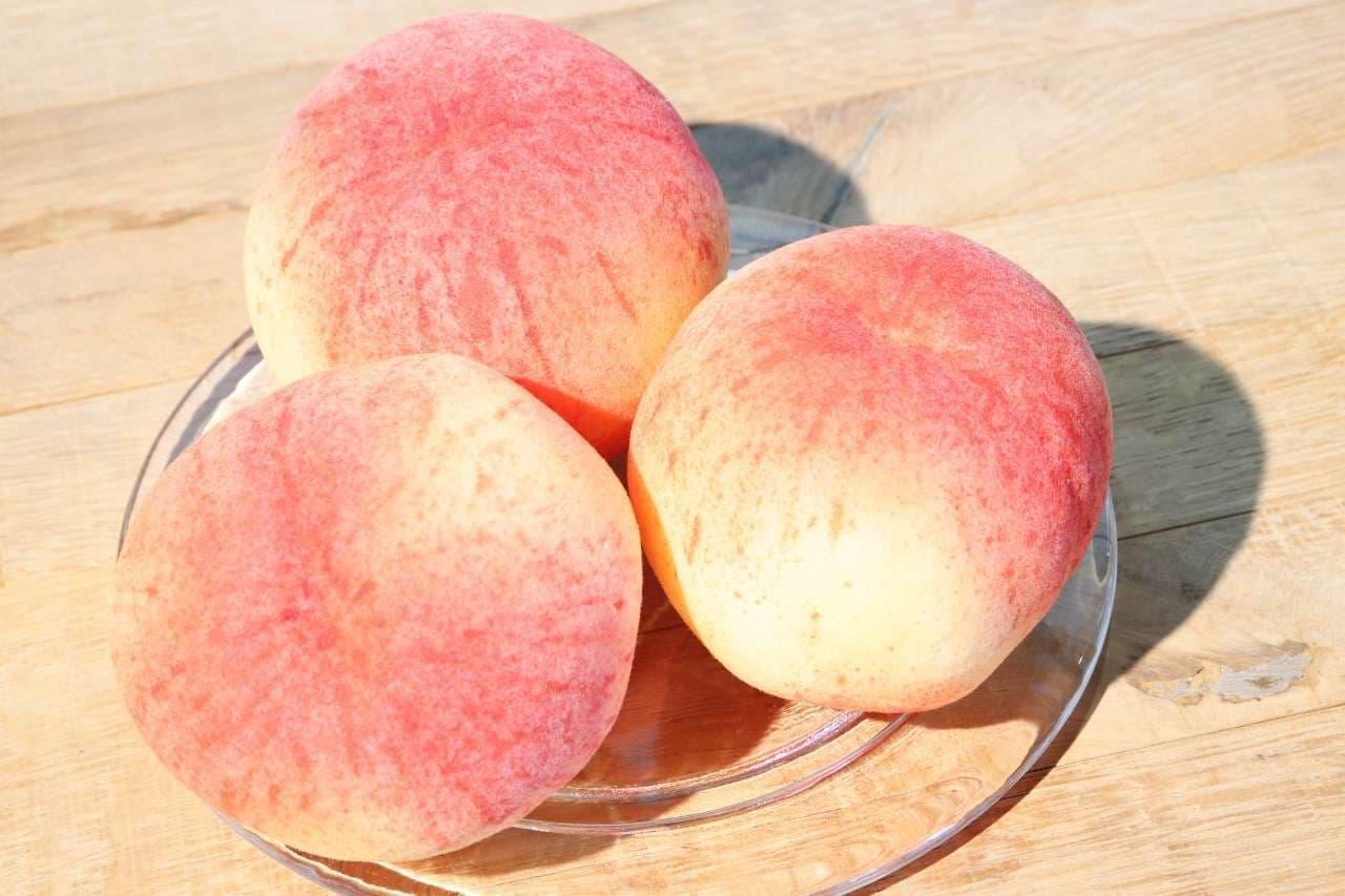 皿にのった3つの桃