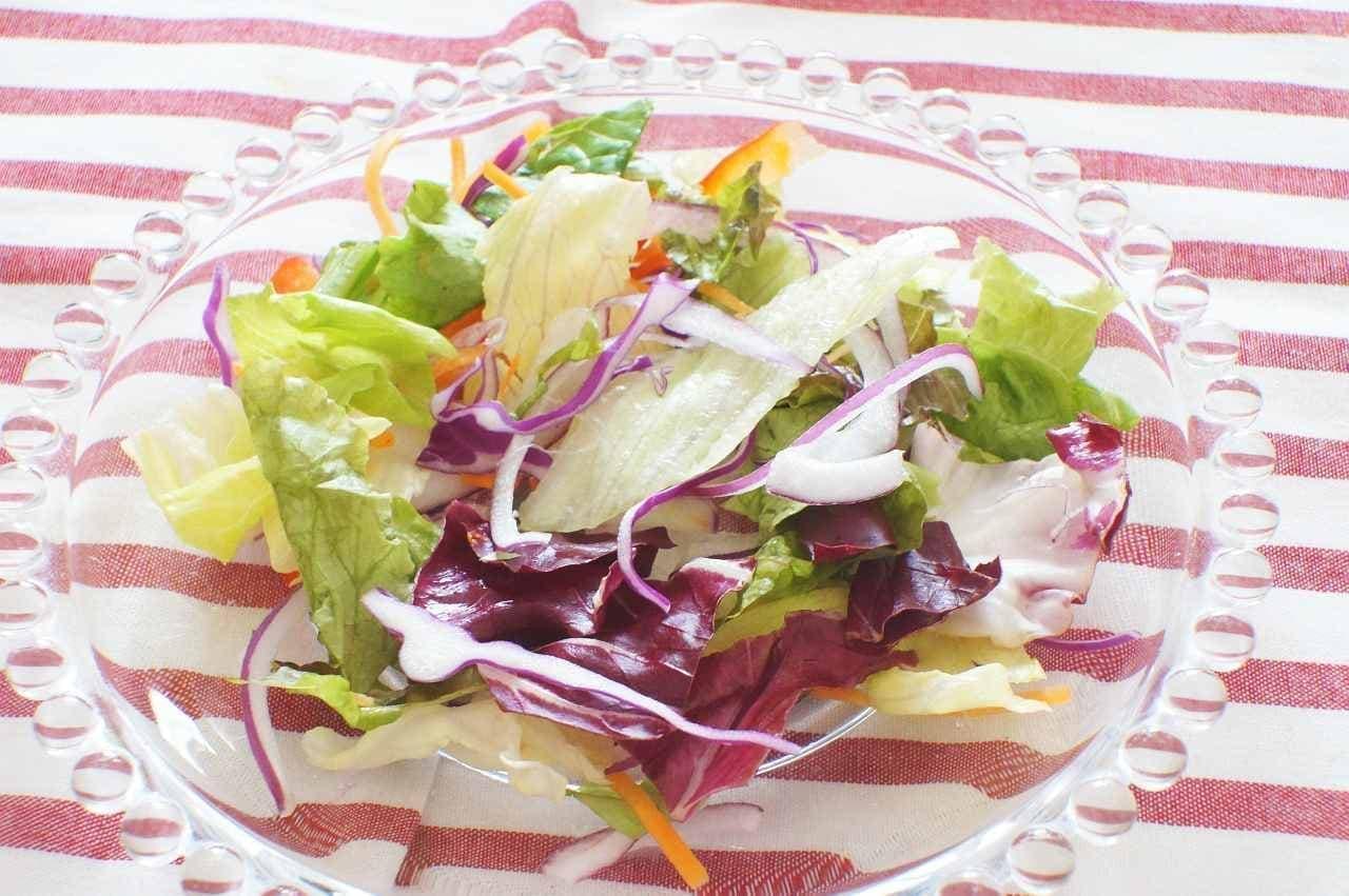 皿にもりつけたサラダ