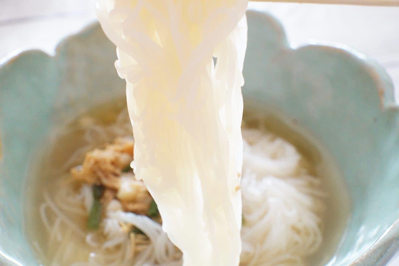 「カルディオリジナル 麺にかけるだけ 鶏ゆず胡椒つゆ」をかけた「カルディオリジナル こんにゃく素麺」