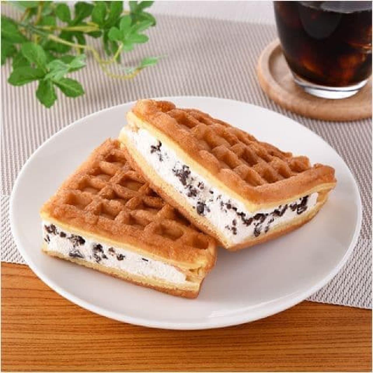 ファミリーマート「ふんわりワッフル クッキー&クリーム」