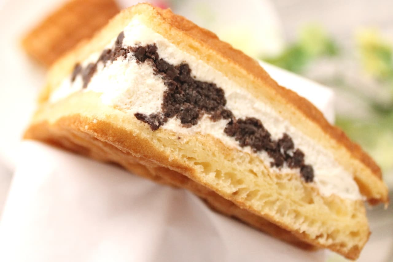 ファミマ限定「ふんわりワッフル クッキー&クリーム」