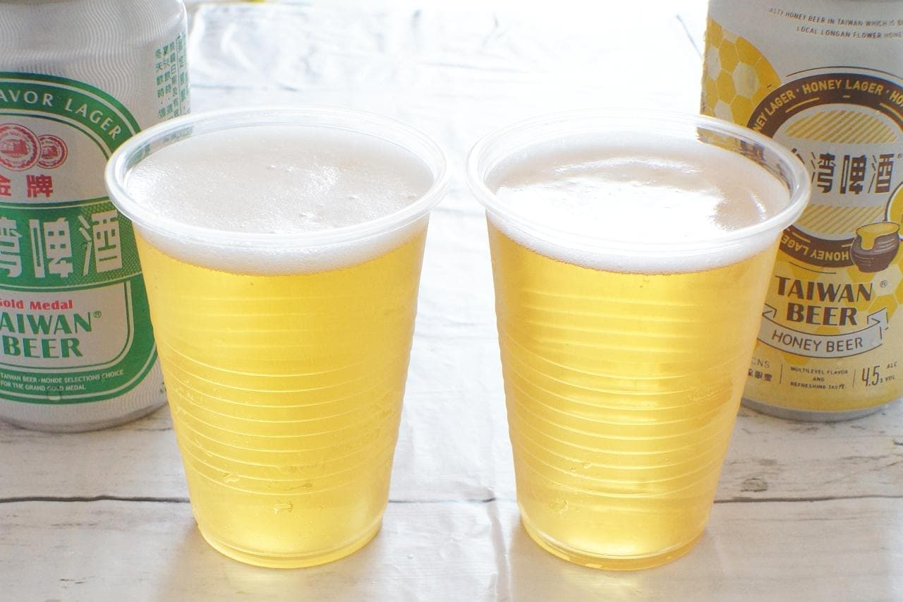 台湾ビール 金牌と台湾蜂蜜ビールを注いだカップ