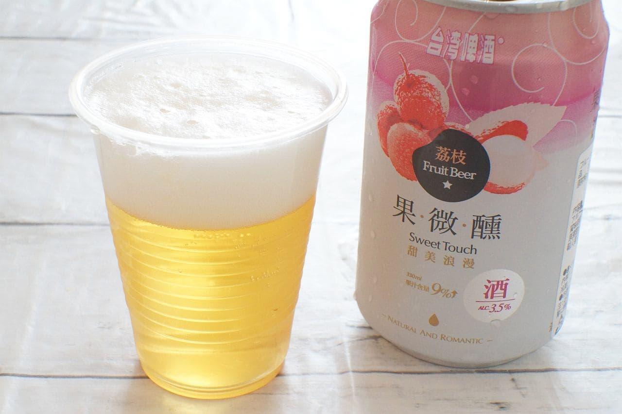 台湾ライチビールを注いだカップ