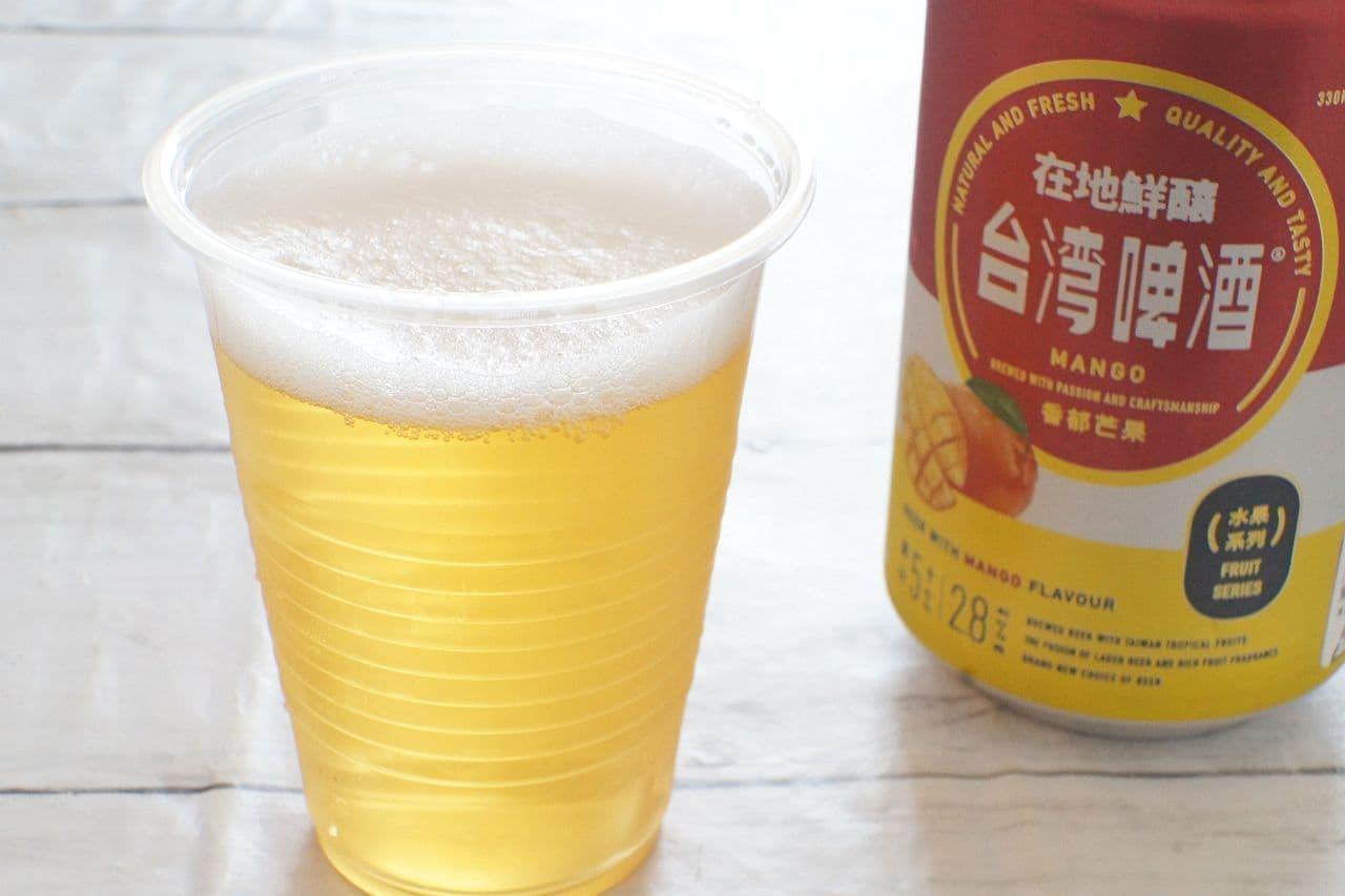 台湾マンゴービールを注いだカップ