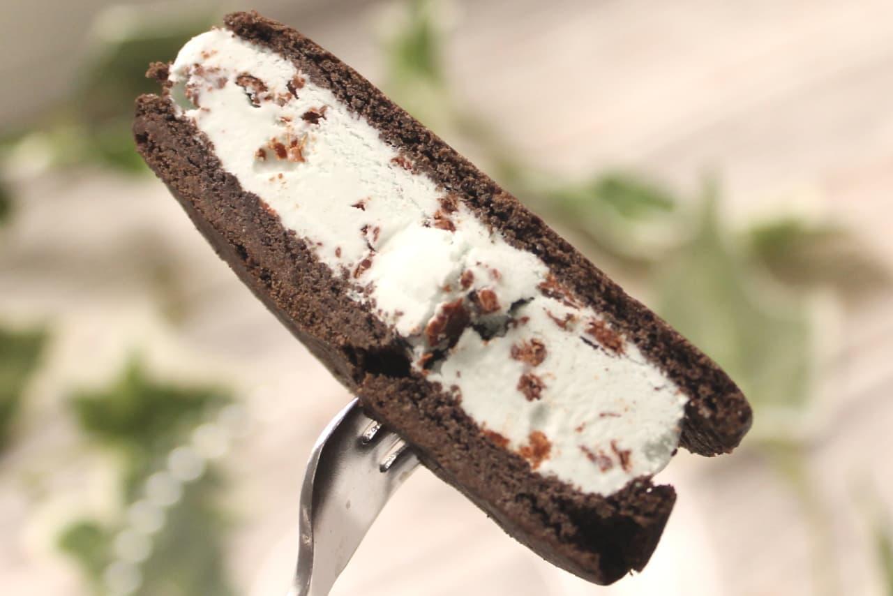 ファミマ「グリコ ぎっしり満足!チョコミントクッキーサンド」