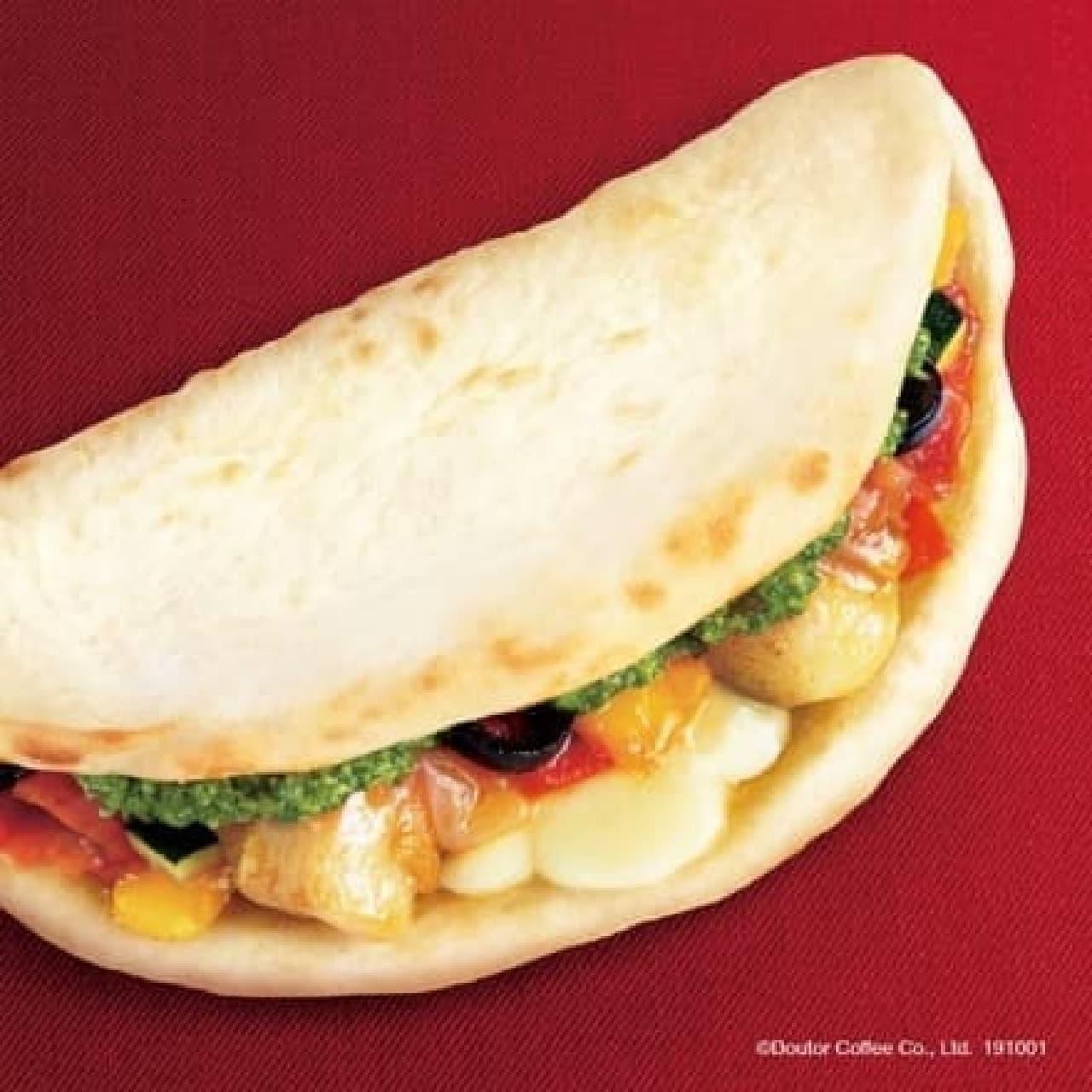 ドトールコーヒーショップの「カルツォーネ 彩り野菜とチキンのマルゲリータ」