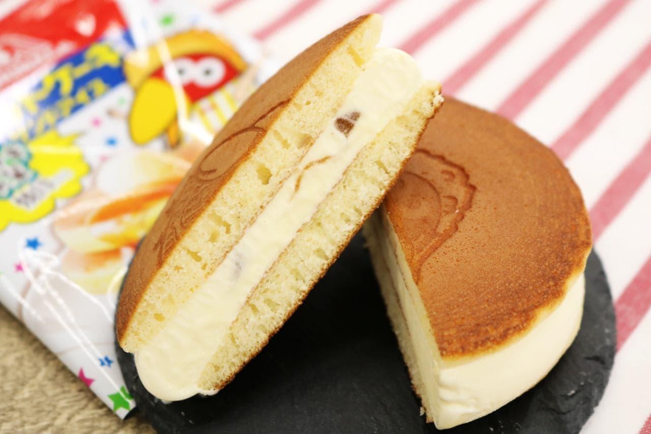 ファミマ「キョロチキ先輩のホットケーキサンドアイス」