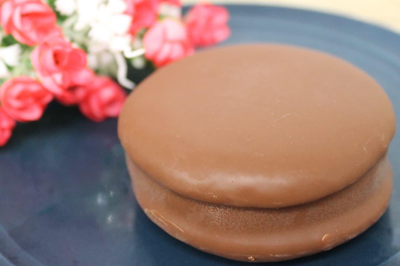 ファミリーマート先行販売の「ロッテ くちどけにこだわったチョコパイアイス チョコレート」