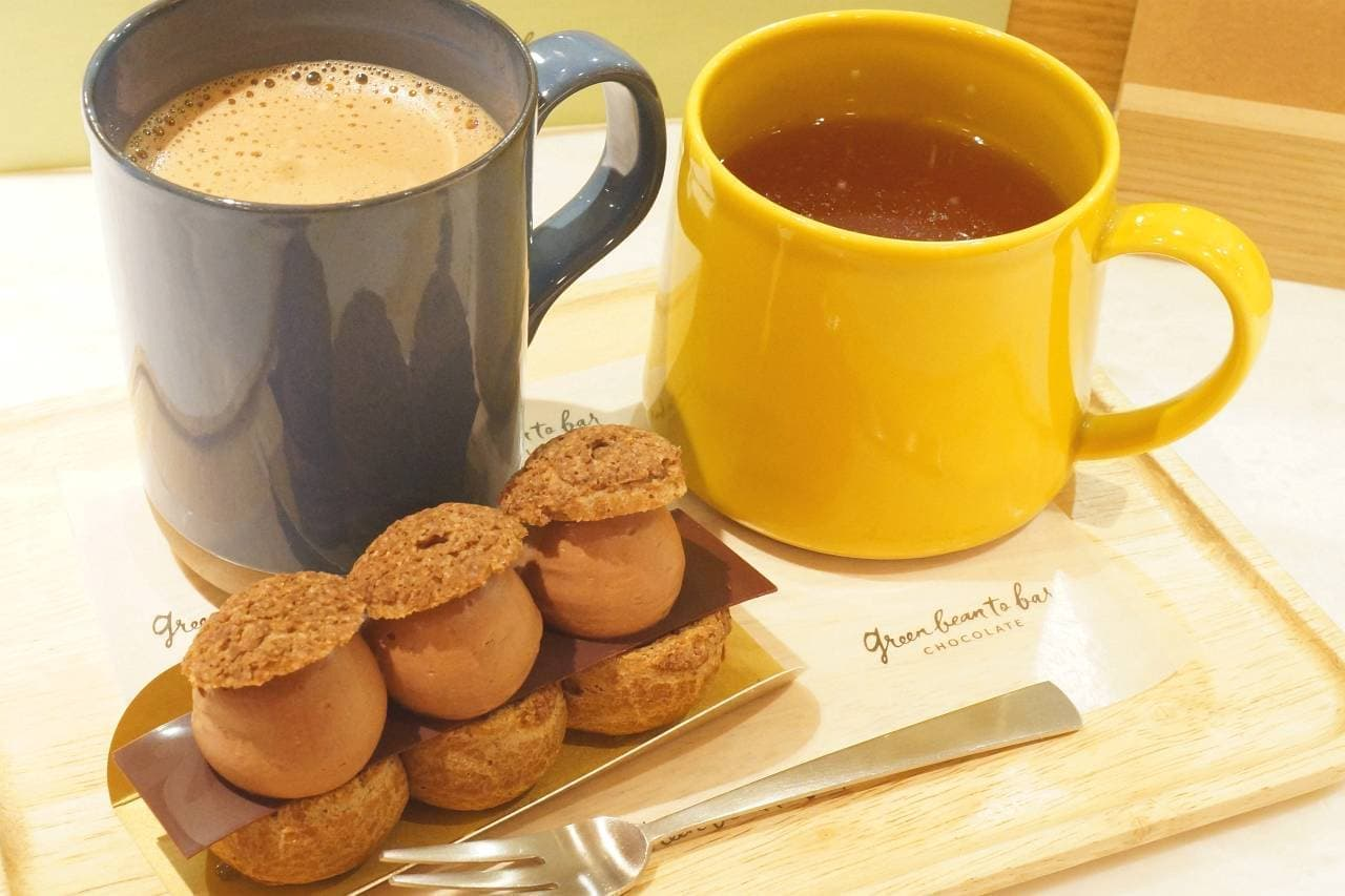グリーン ビーン トゥ バー チョコレートのエクレア、カカオティー、チョコレートドリンク