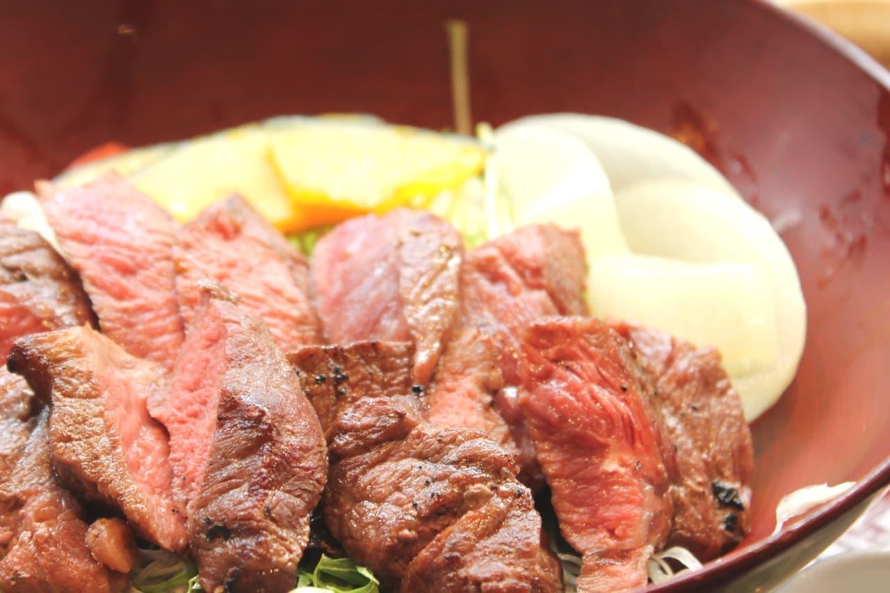 大戸屋「ミスジステーキサラダ丼」は牛肉のうまみがっつり