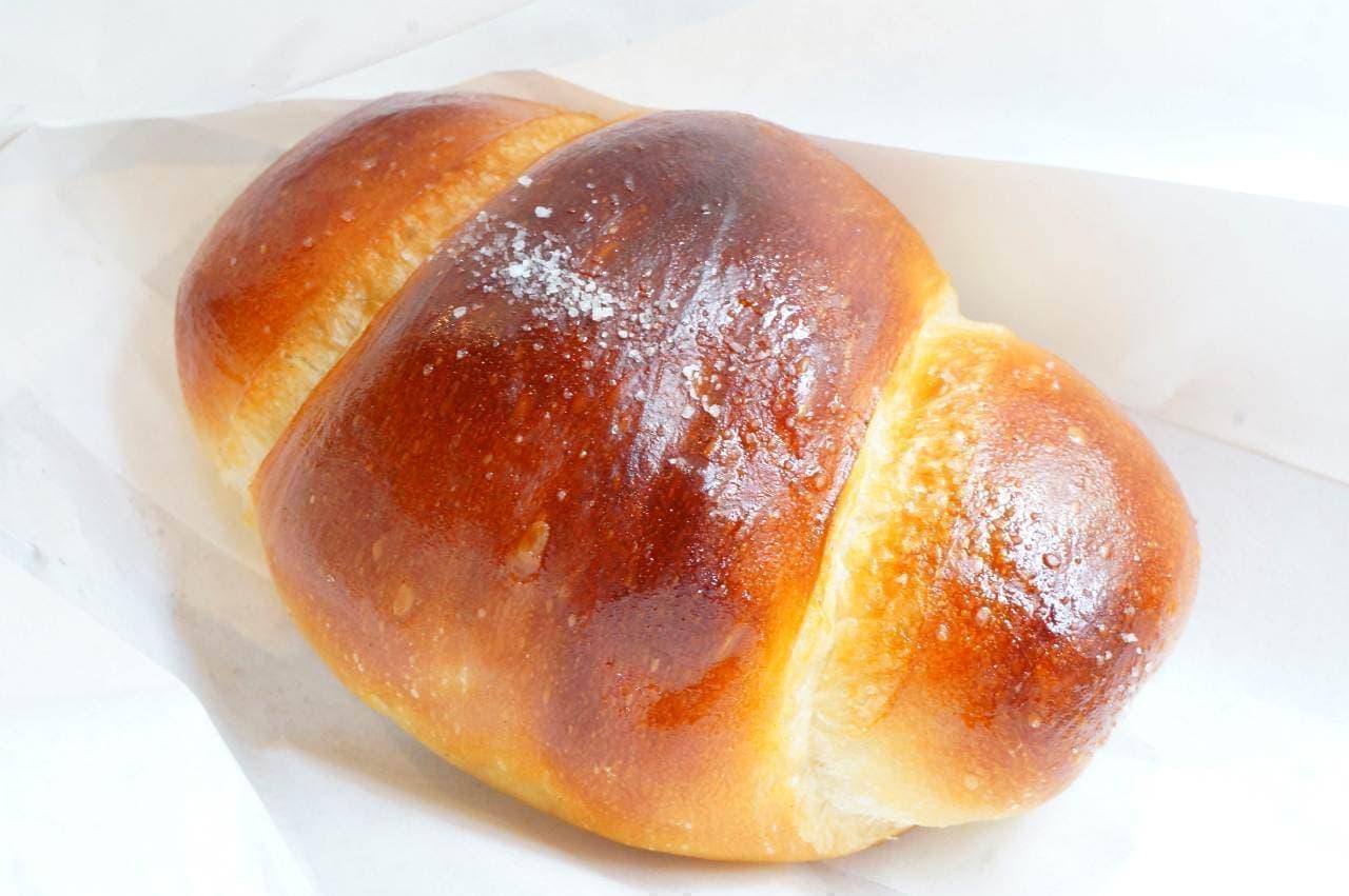 トリュフべーカリーの「白トリュフの塩パン」
