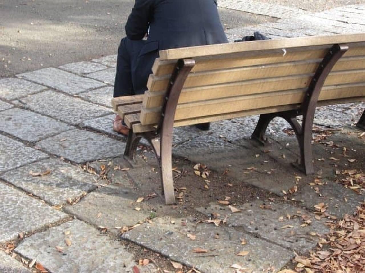 ベンチに座るサラリーマン
