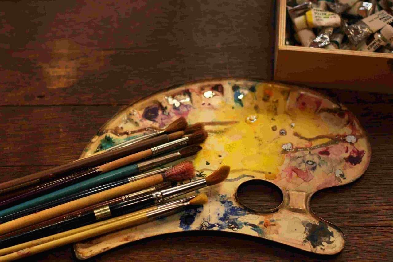 混ざった絵具と筆
