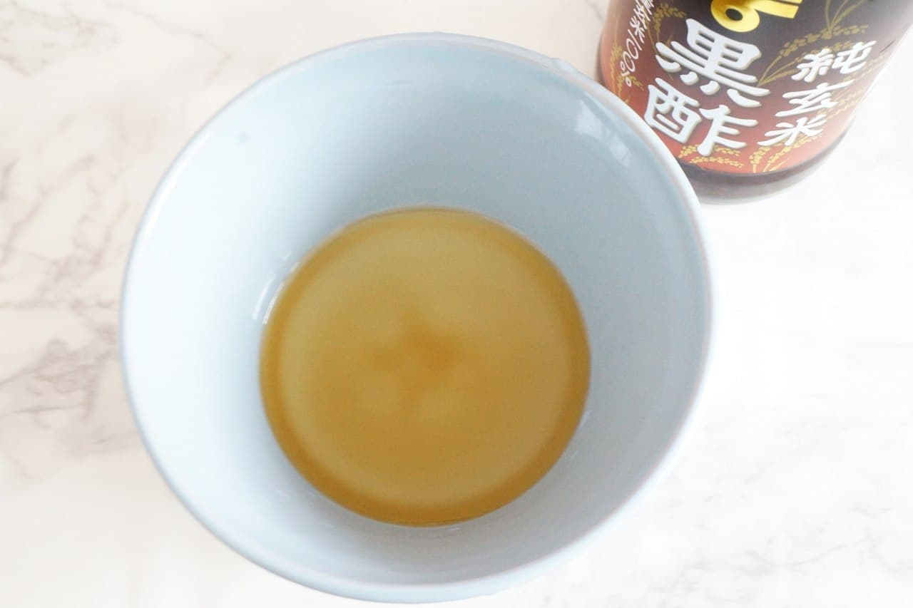 醤油と黒酢を入れた器
