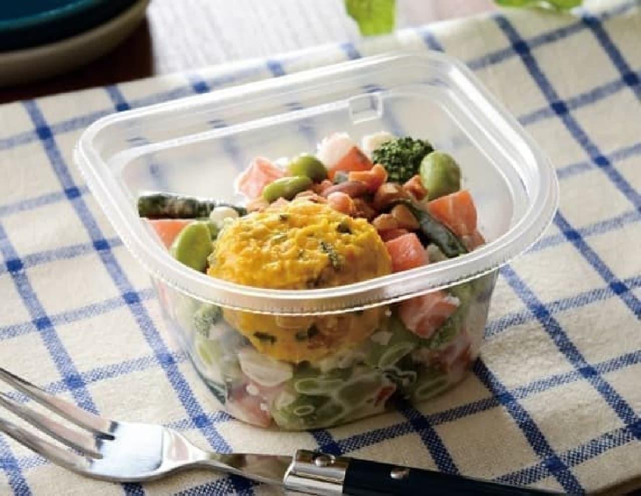 ローソンの「カップデリカ ナッツと1/2日分の緑黄色野菜サラダ」